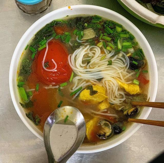 Food tour Hà Nội được báo Anh ca ngợi hết lời, đề xuất không thể bỏ qua bánh canh cá rô, bánh cuốn, cà phê - Ảnh 13.