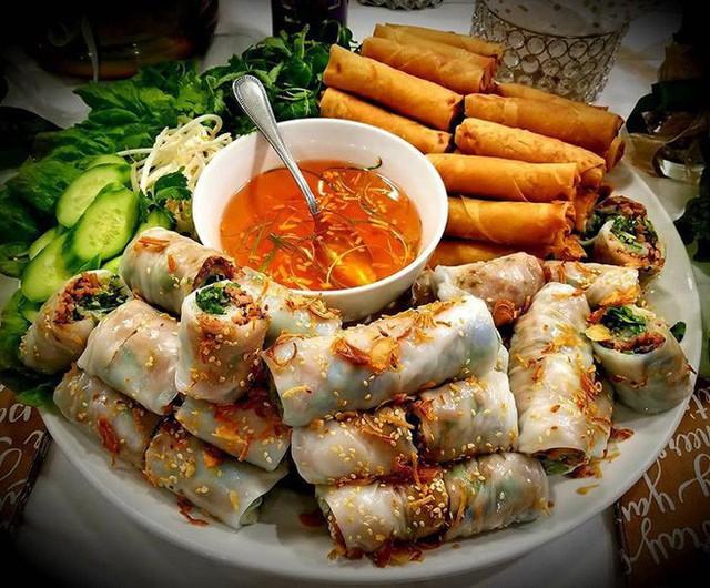 Food tour Hà Nội được báo Anh ca ngợi hết lời, đề xuất không thể bỏ qua bánh canh cá rô, bánh cuốn, cà phê - Ảnh 3.