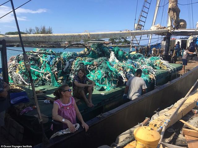 Trục vớt được hàng tấn loại rác kinh khủng hơn cả túi nhựa và ống hút, gây ám ảnh đại dương trong suốt thời gian dài - Ảnh 4.