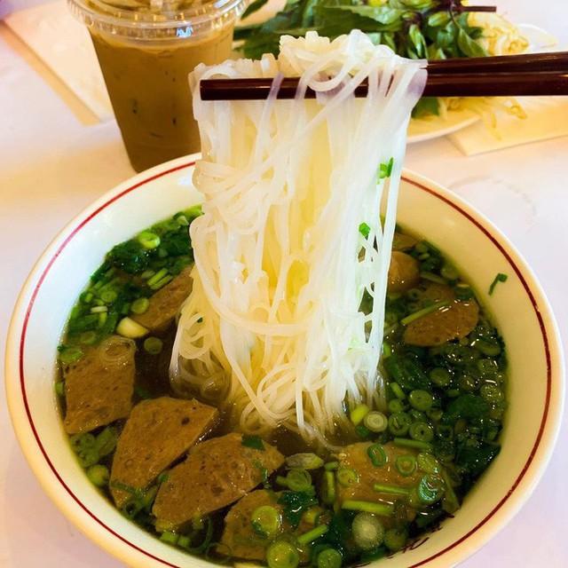 Food tour Hà Nội được báo Anh ca ngợi hết lời, đề xuất không thể bỏ qua bánh canh cá rô, bánh cuốn, cà phê - Ảnh 11.