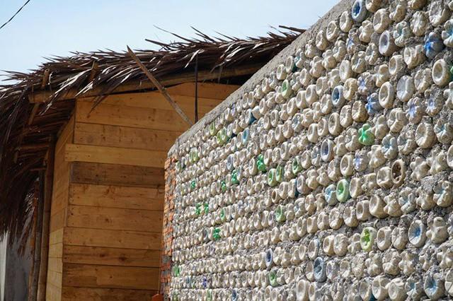 Ngôi nhà làm từ 6000 chai nhựa trên đảo Bé Lý Sơn ấn tượng mạnh với du khách - Ảnh 1.