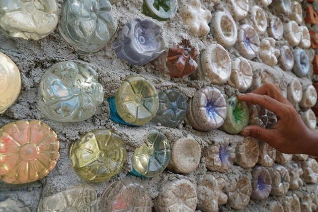 Ngôi nhà làm từ 6000 chai nhựa trên đảo Bé Lý Sơn ấn tượng mạnh với du khách - Ảnh 4.
