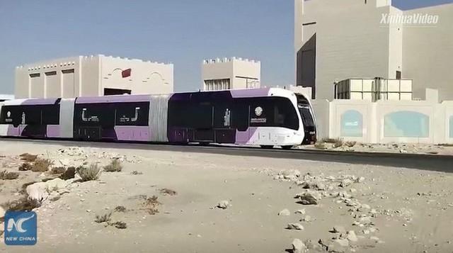 Trung Quốc thử nghiệm xe buýt lai tàu điện trên đường phố Qatar, sẵn sàng đón du khách tới tham dự World Cup 2022 - Ảnh 1.
