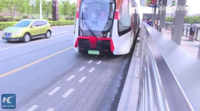 Trung Quốc thử nghiệm xe buýt lai tàu điện trên đường phố Qatar, sẵn sàng đón du khách tới tham dự World Cup 2022 - Ảnh 2.