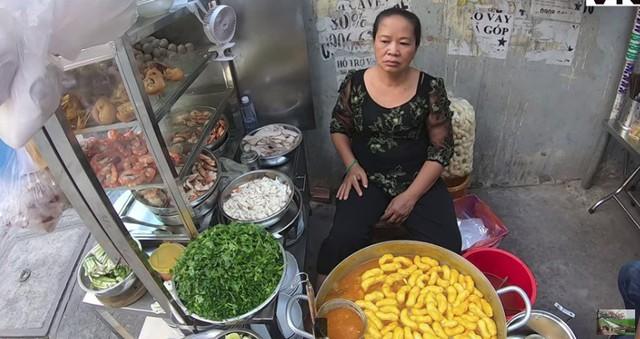 """Đến review quán bánh canh 300k nổi tiếng Sài Gòn rồi nhận xét """"ế, qua thời hoàng kim"""", Youtuber bị chỉ trích kém duyên, cố tình chọc quê chủ quán - Ảnh 1."""