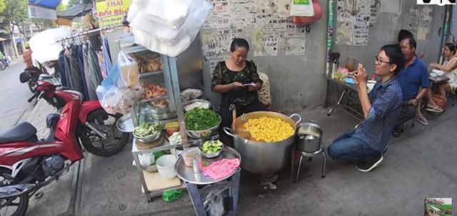 """Đến review quán bánh canh 300k nổi tiếng Sài Gòn rồi nhận xét """"ế, qua thời hoàng kim"""", Youtuber bị chỉ trích kém duyên, cố tình chọc quê chủ quán - Ảnh 2."""