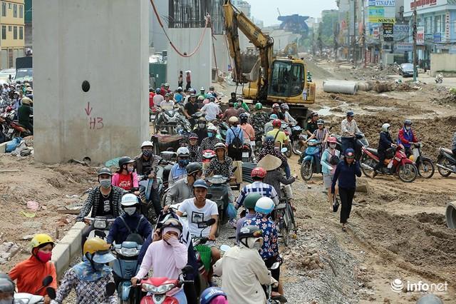 Hà Nội: Người dân phải off road bất đắc dĩ trên đường Trường Chinh - Ảnh 1.
