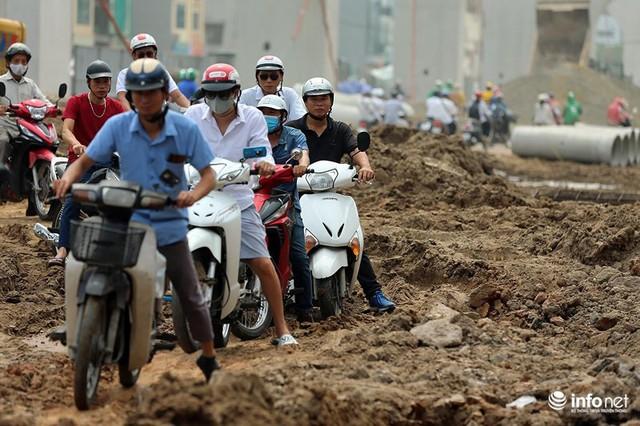 Hà Nội: Người dân phải off road bất đắc dĩ trên đường Trường Chinh - Ảnh 2.