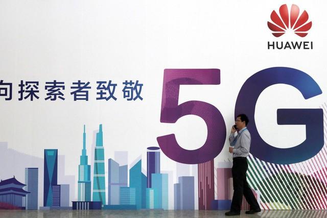 Nặng tay với Huawei, ông Trump bị dội đòn - Ảnh 1.