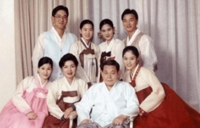 Phu nhân cựu chủ tịch Samsung: Ái nữ tờ báo danh tiếng lui về làm hậu phương cho chồng, nữ chủ nhân thật sự của tập đoàn lớn nhất Hàn Quốc - Ảnh 4.