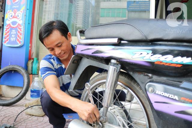 Anh chàng miền Tây hào sảng, ngủ vỉa hè Sài Gòn và tấm bảng vá xe không tiền cũng vá cho khách lỡ đường giữa đêm khuya - Ảnh 1.