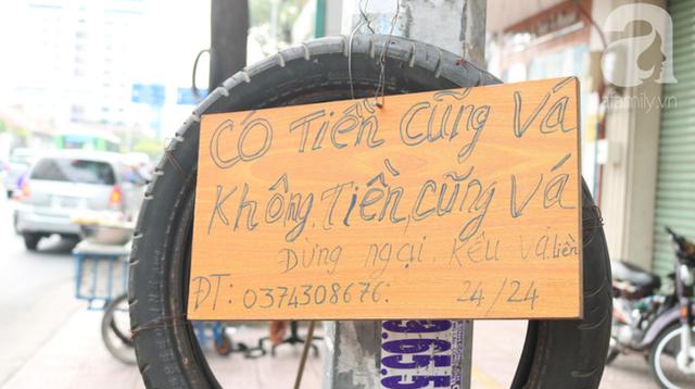 Anh chàng miền Tây hào sảng, ngủ vỉa hè Sài Gòn và tấm bảng vá xe không tiền cũng vá cho khách lỡ đường giữa đêm khuya - Ảnh 2.