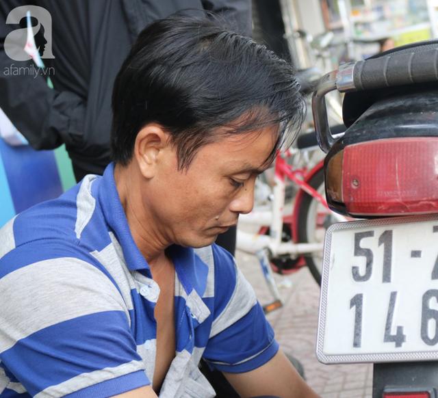 Anh chàng miền Tây hào sảng, ngủ vỉa hè Sài Gòn và tấm bảng vá xe không tiền cũng vá cho khách lỡ đường giữa đêm khuya - Ảnh 3.