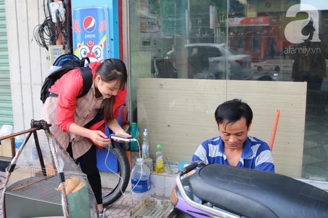 Anh chàng miền Tây hào sảng, ngủ vỉa hè Sài Gòn và tấm bảng vá xe không tiền cũng vá cho khách lỡ đường giữa đêm khuya - Ảnh 4.