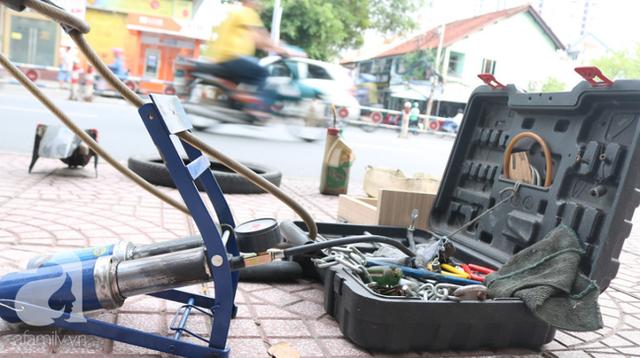Anh chàng miền Tây hào sảng, ngủ vỉa hè Sài Gòn và tấm bảng vá xe không tiền cũng vá cho khách lỡ đường giữa đêm khuya - Ảnh 6.
