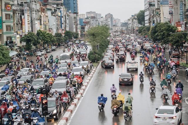Ảnh: Đại công trường giữa đường Trường Chinh khiến người dân Thủ đô khốn khổ nhiều năm qua - Ảnh 2.