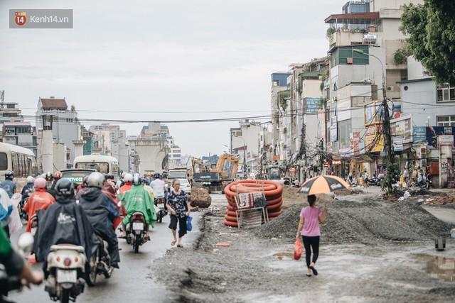 Ảnh: Đại công trường giữa đường Trường Chinh khiến người dân Thủ đô khốn khổ nhiều năm qua - Ảnh 3.