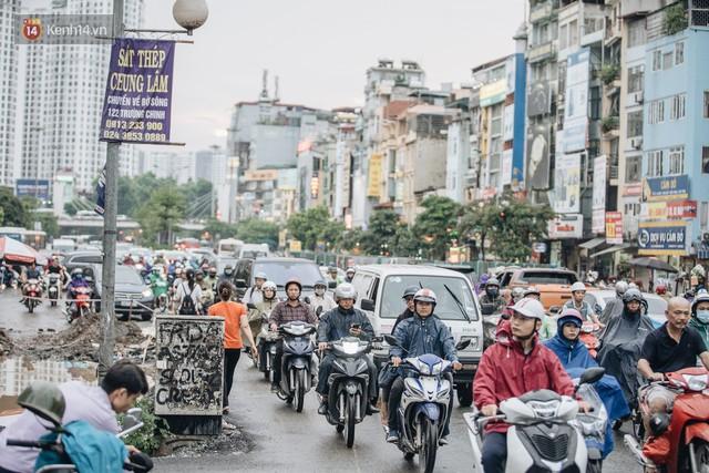 Ảnh: Đại công trường giữa đường Trường Chinh khiến người dân Thủ đô khốn khổ nhiều năm qua - Ảnh 4.