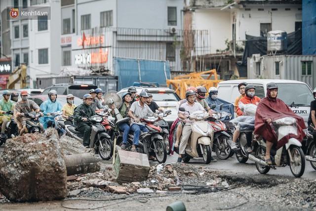 Ảnh: Đại công trường giữa đường Trường Chinh khiến người dân Thủ đô khốn khổ nhiều năm qua - Ảnh 8.