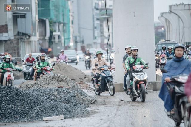 Ảnh: Đại công trường giữa đường Trường Chinh khiến người dân Thủ đô khốn khổ nhiều năm qua - Ảnh 14.