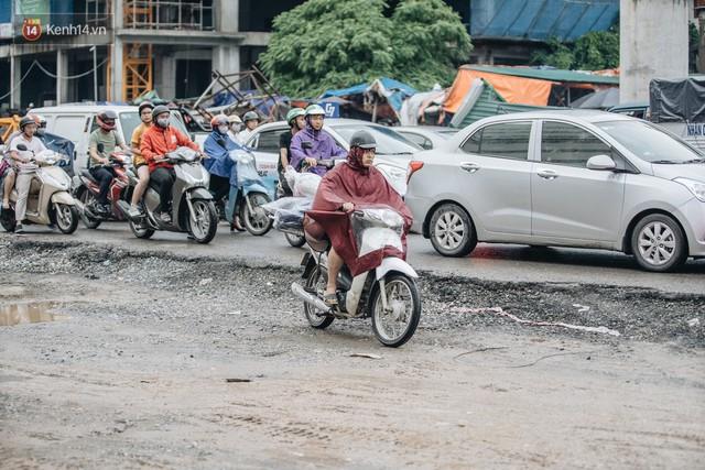 Ảnh: Đại công trường giữa đường Trường Chinh khiến người dân Thủ đô khốn khổ nhiều năm qua - Ảnh 9.