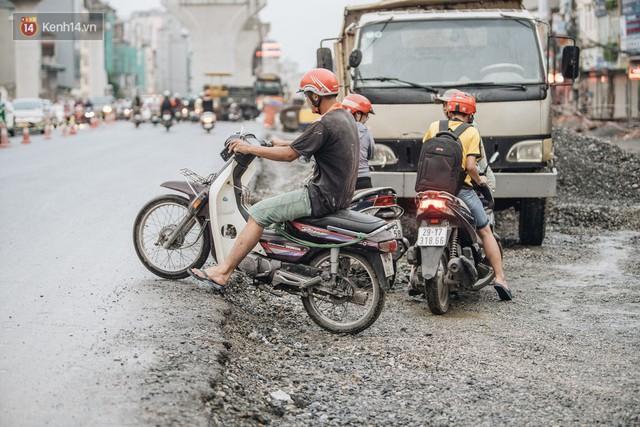 Ảnh: Đại công trường giữa đường Trường Chinh khiến người dân Thủ đô khốn khổ nhiều năm qua - Ảnh 10.