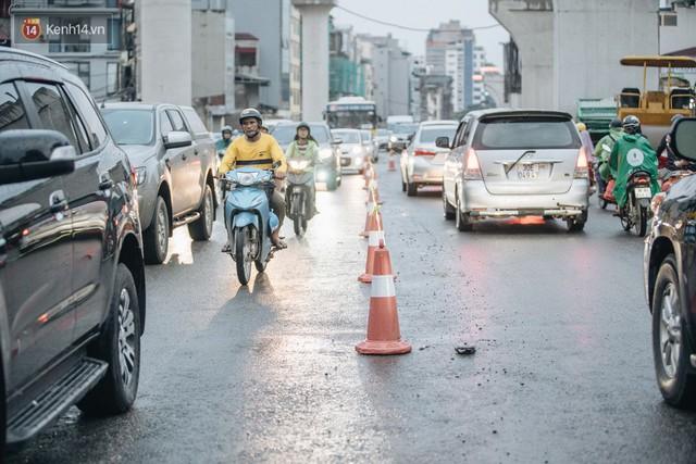 Ảnh: Đại công trường giữa đường Trường Chinh khiến người dân Thủ đô khốn khổ nhiều năm qua - Ảnh 11.