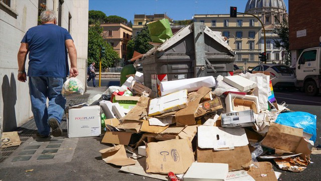 Không thể tin nổi ở Rome: Rác ngập phố, bốc cháy dưới nắng - Ảnh 2.