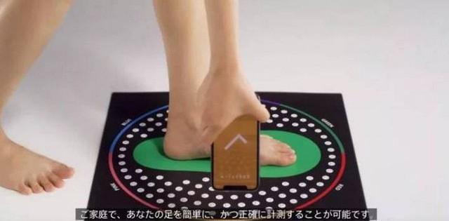 Hãng bán lẻ thời trang Nhật Bản phát triển công nghệ quét 3D giúp tìm cỡ giầy, dép phù hợp dễ dàng hơn - Ảnh 1.