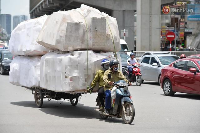 Hà Nội: Dòng phương tiện nhích từng chút một giữa trưa nắng nóng tại giao lộ 4 tầng Nguyễn Trãi - Ảnh 11.