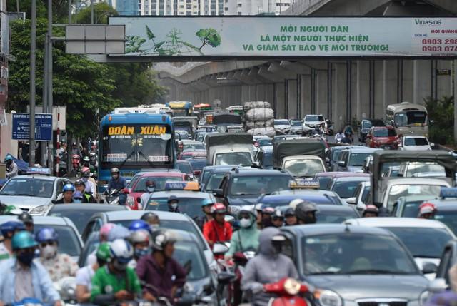 Hà Nội: Dòng phương tiện nhích từng chút một giữa trưa nắng nóng tại giao lộ 4 tầng Nguyễn Trãi - Ảnh 12.