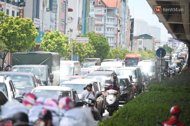 Hà Nội: Dòng phương tiện nhích từng chút một giữa trưa nắng nóng tại giao lộ 4 tầng Nguyễn Trãi - Ảnh 3.