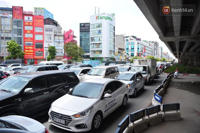 Hà Nội: Dòng phương tiện nhích từng chút một giữa trưa nắng nóng tại giao lộ 4 tầng Nguyễn Trãi - Ảnh 5.