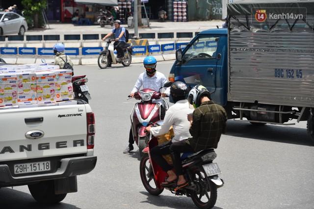 Hà Nội: Dòng phương tiện nhích từng chút một giữa trưa nắng nóng tại giao lộ 4 tầng Nguyễn Trãi - Ảnh 6.