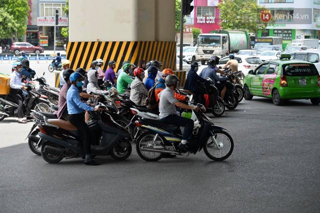 Hà Nội: Dòng phương tiện nhích từng chút một giữa trưa nắng nóng tại giao lộ 4 tầng Nguyễn Trãi - Ảnh 7.