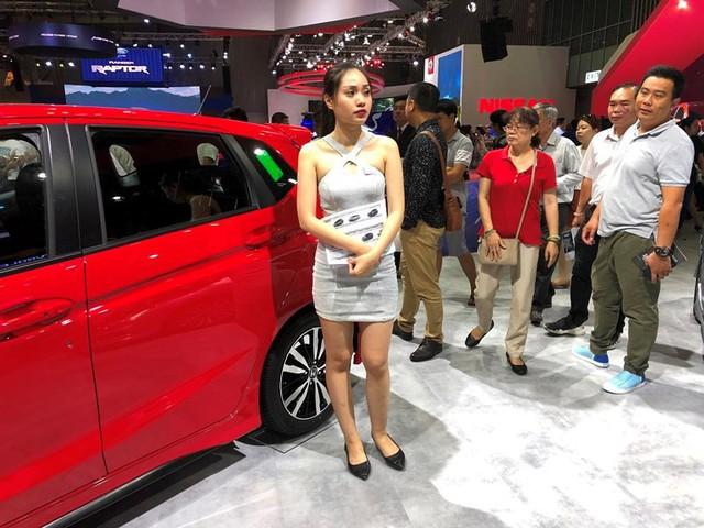 Đua nhau giảm giá ô tô để giành giật khách hàng - Ảnh 1.