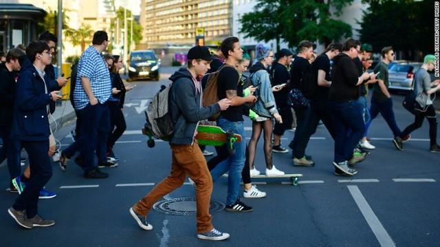 Australia dự định phạt những người vừa sang đường vừa xem điện thoại - Ảnh 1.