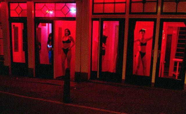 Phố đèn đỏ nổi tiếng nhất thế giới: 2 cô đào từng phục vụ 355.000 người đàn ông và bí mật luôn gây tò mò ẩn sau mỗi ô cửa màu đỏ quyến rũ - Ảnh 14.