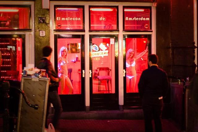 Phố đèn đỏ nổi tiếng nhất thế giới: 2 cô đào từng phục vụ 355.000 người đàn ông và bí mật luôn gây tò mò ẩn sau mỗi ô cửa màu đỏ quyến rũ - Ảnh 11.