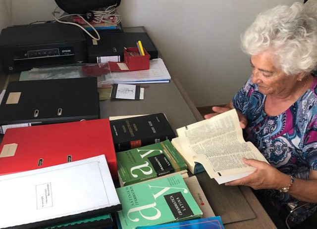 Bà cụ 82 tuổi mừng rơi nước mắt khi đỗ đại học: Nhà nghèo, lúc 10 tuổi bị bố bắt bỏ học đi chăn dê! - Ảnh 1.