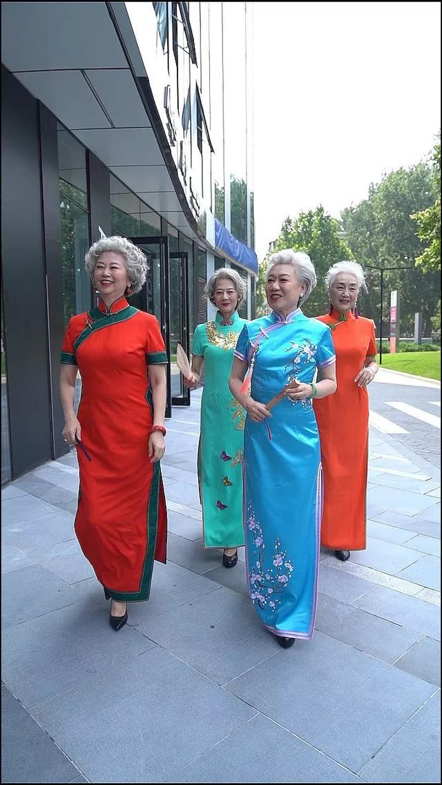 Chất như 4 bà ngoại Trung Quốc: Lúc trẻ làm to, về già theo đuổi nghiệp người mẫu để giữ khí chất sang chảnh - Ảnh 1.