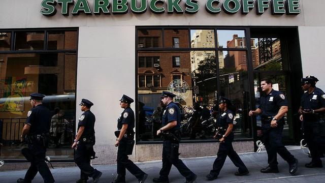Đề nghị cảnh sát đi khuất mắt để không làm khách hàng lo sợ, Starbucks hứng chịu làn sóng chỉ trích gay gắt - Ảnh 1.