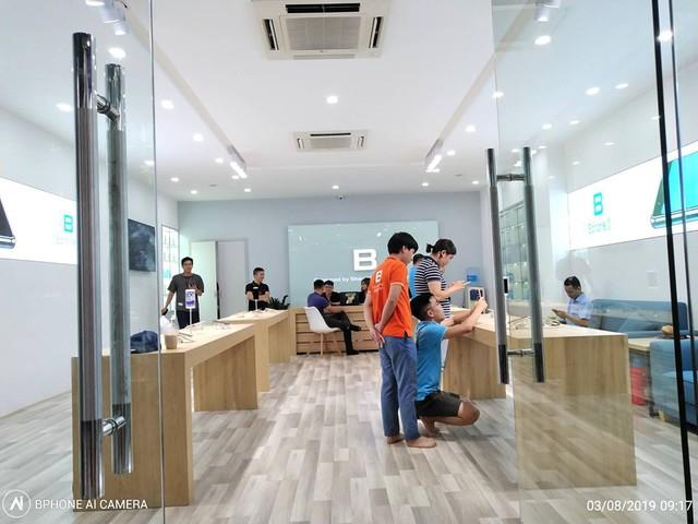 Bphone mở cửa hàng mặt phố đầu tiên Bphone Store, tự chủ việc phân phối - bảo hành điện thoại và phụ kiện - Ảnh 1.