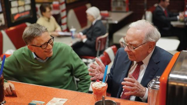 Warren Buffett: Tôi hạnh phúc vì sống đúng thời của mình, Bill Gates từng nói nếu sinh ra cách đây 2 triệu năm, tôi sẽ bị động vật tiền sử nhai đầu vì chạy chậm! - Ảnh 2.