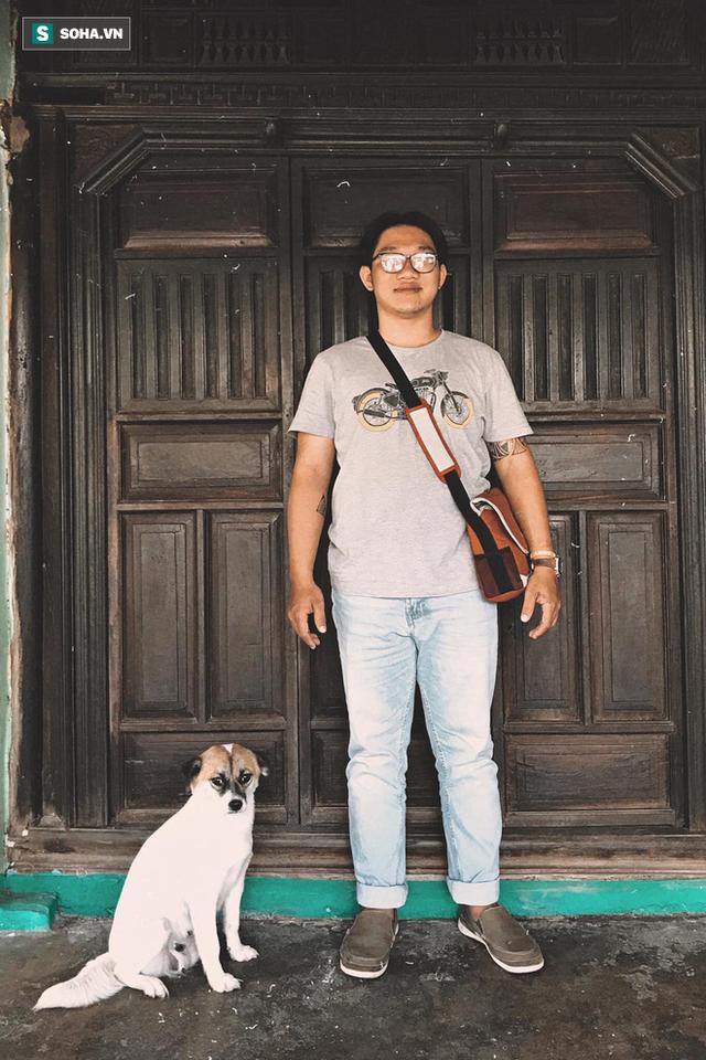 Hình ảnh cay mắt ở góc phố Sài Gòn: Cụ ông vô gia cư nhường áo, bón từng thìa thức ăn cho 2 con chó bị bỏ rơi - Ảnh 3.
