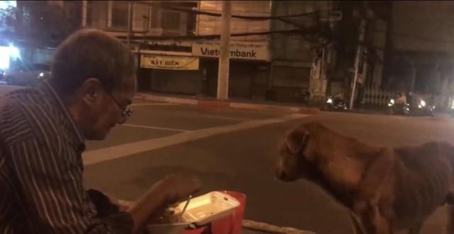 Hình ảnh cay mắt ở góc phố Sài Gòn: Cụ ông vô gia cư nhường áo, bón từng thìa thức ăn cho 2 con chó bị bỏ rơi - Ảnh 5.