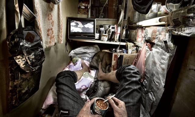 Bên trong nhà lồng chật hẹp giống như quan tài ở Hong Kong - Ảnh 1.