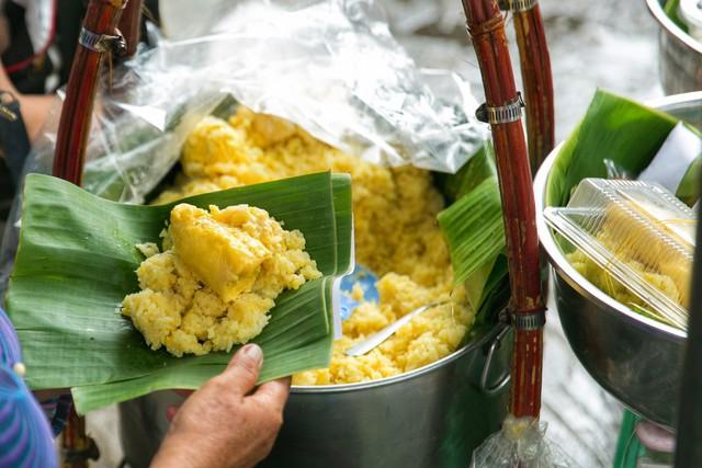 Hàng xôi sầu riêng siêu đắt bất ngờ được cả Sài Gòn biết tới, cứ 3 tiếng là bán sạch gần chục kg xôi, mấy chục kg sầu riêng, nhìn hấp dẫn đến nỗi ai cũng muốn chụp hình - Ảnh 11.