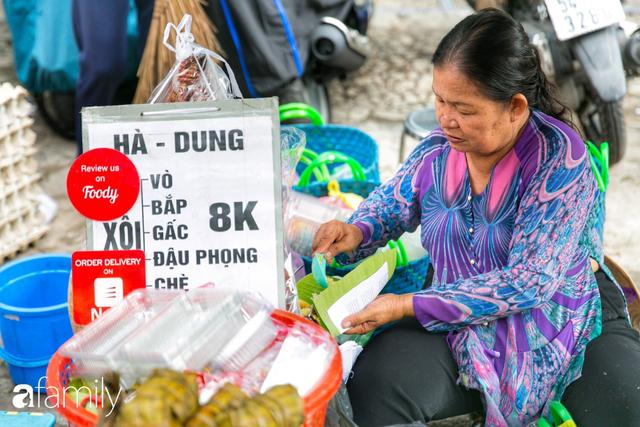 Hàng xôi sầu riêng siêu đắt bất ngờ được cả Sài Gòn biết tới, cứ 3 tiếng là bán sạch gần chục kg xôi, mấy chục kg sầu riêng, nhìn hấp dẫn đến nỗi ai cũng muốn chụp hình - Ảnh 17.
