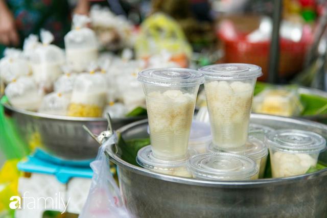Hàng xôi sầu riêng siêu đắt bất ngờ được cả Sài Gòn biết tới, cứ 3 tiếng là bán sạch gần chục kg xôi, mấy chục kg sầu riêng, nhìn hấp dẫn đến nỗi ai cũng muốn chụp hình - Ảnh 19.